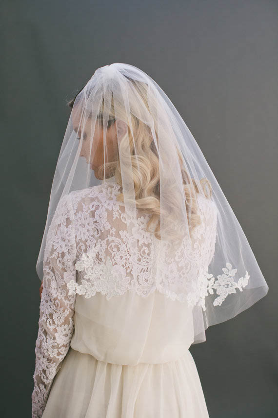 Short Illusion Tulle Bridal Veil Lace Decorated Elbow